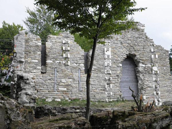 Развалины средневекового храма